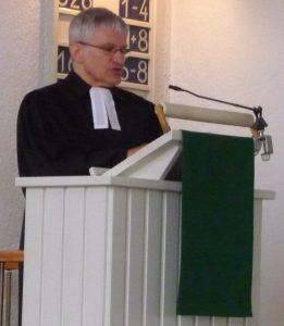 Pfarrer Helmut Schütz auf der Kanzel