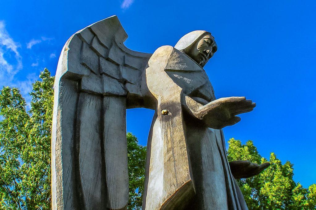 Statue eines männlichen starken Engels