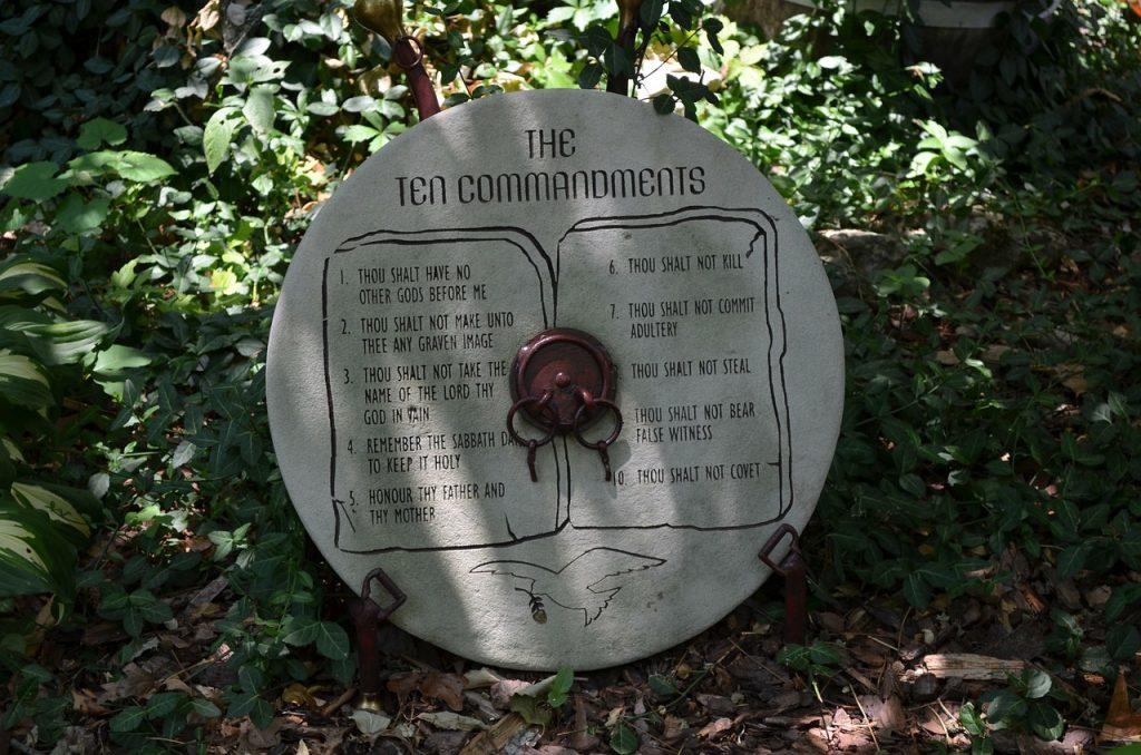 Ten Commandments auf einem runden Stein