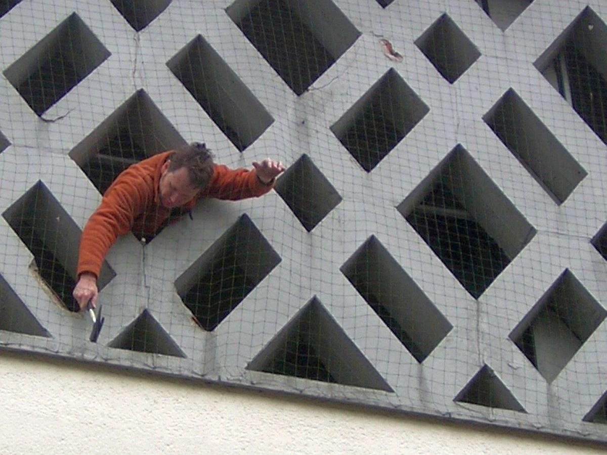 Eine Betonschadensdiagnose der Wabenfassade des Glockenturms wurde in Auftrag gegeben