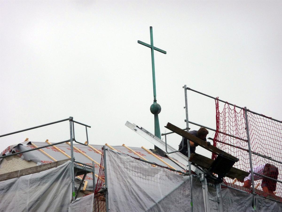 Das Kirchturmdach wurde neu gedeckt und das Turmkreuz vom Grünspan gereinigt