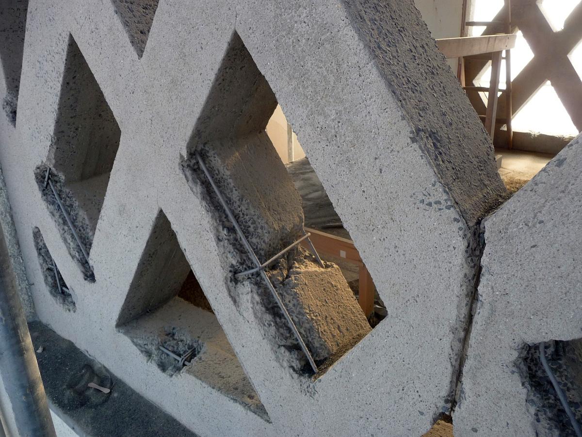 Abbröckelnde Betonteile wurden entfernt, der Beton sandgestrahlt, so dass große Teile der Bewehrungsstähle freiliegen