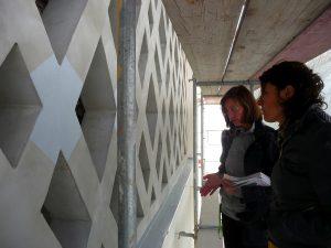 Die Architektinnen berieten sich über die richtige Farbschattierung für den Anstrich des Betongitters
