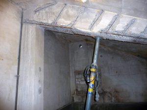 Im ehemaligen Koksraum unter der Kircheneingangstreppe lagen auch rostige Eisenteile im Betonträger an der Decke frei