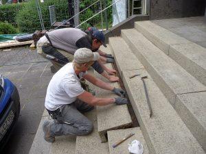 Eine Treppenstufe vor der Kirche, die sowieso locker war, wurde weggenommen