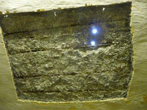 Und hier scheint durch die Bohrlöcher das Tageslicht in den Kellerraum
