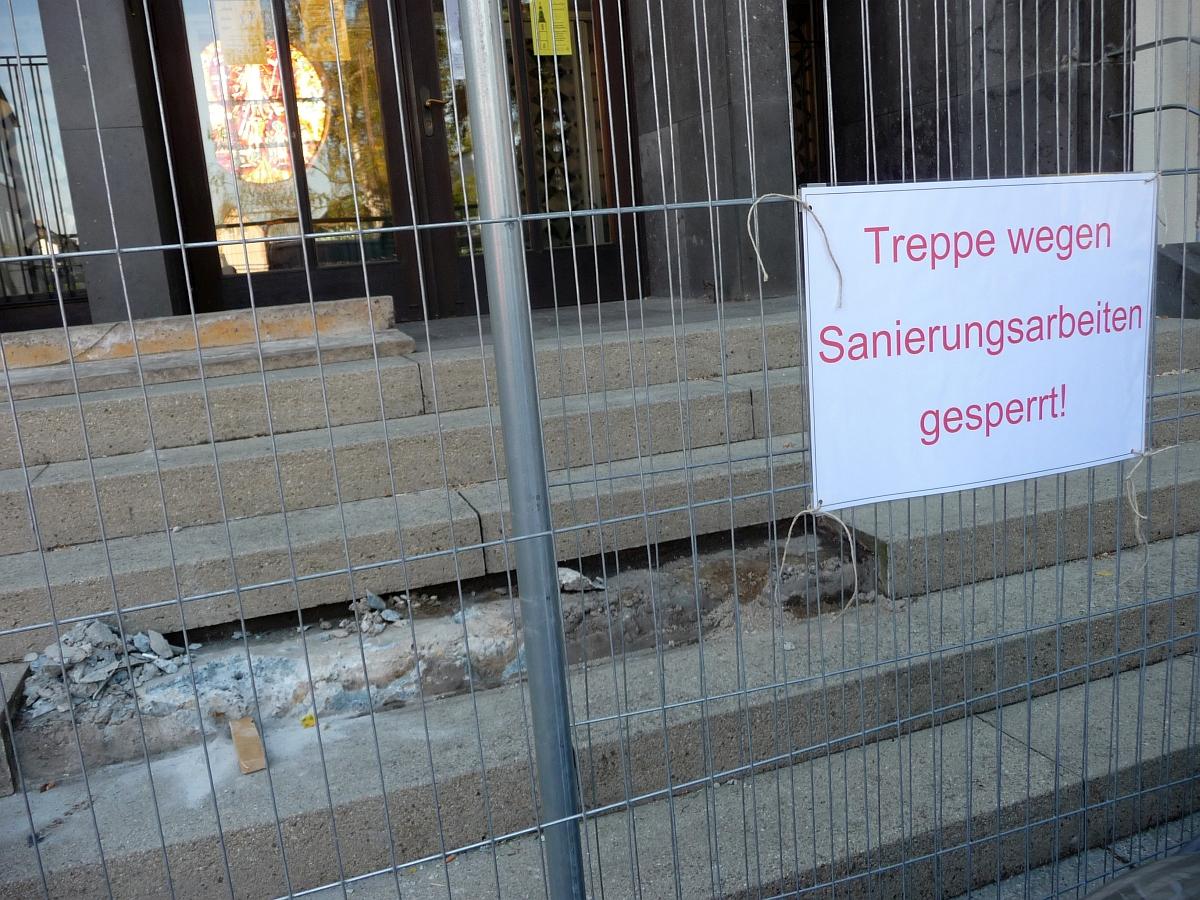 Als verantwortliche Statikerin musste Frau Muskau während der Bearbeitung und Sandbestrahlung des Betons da unten die Kircheneingangstreppe für einige Woche sperren