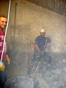 Hier sieht man, wie viel Staub beim Sandstrahlen des Betons entsteht