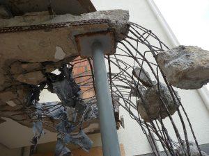 Zwischendurch hingen Betonbrocken in der Luft an dünnen Stahlseilen