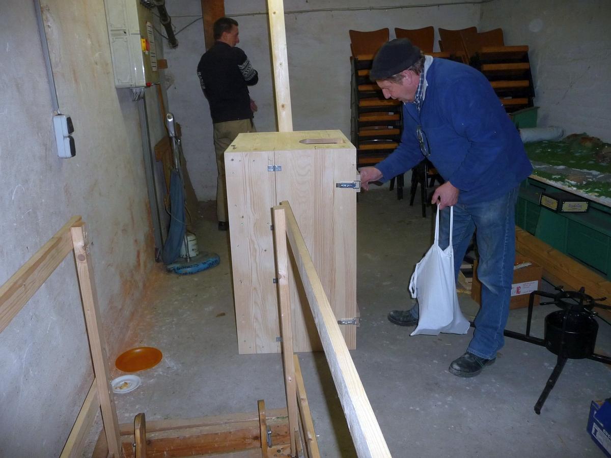 Den 60 cm breiten Kasten auf den Glockenturm zu bringen, war nicht einfach