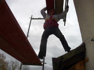 Dieser Bauarbeiter stieg am Tag des Gerüst-Abbaus...