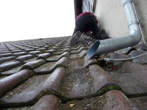 ...um ein paar undichte Stellen zwischen Dachfirst und Turm auszubessern