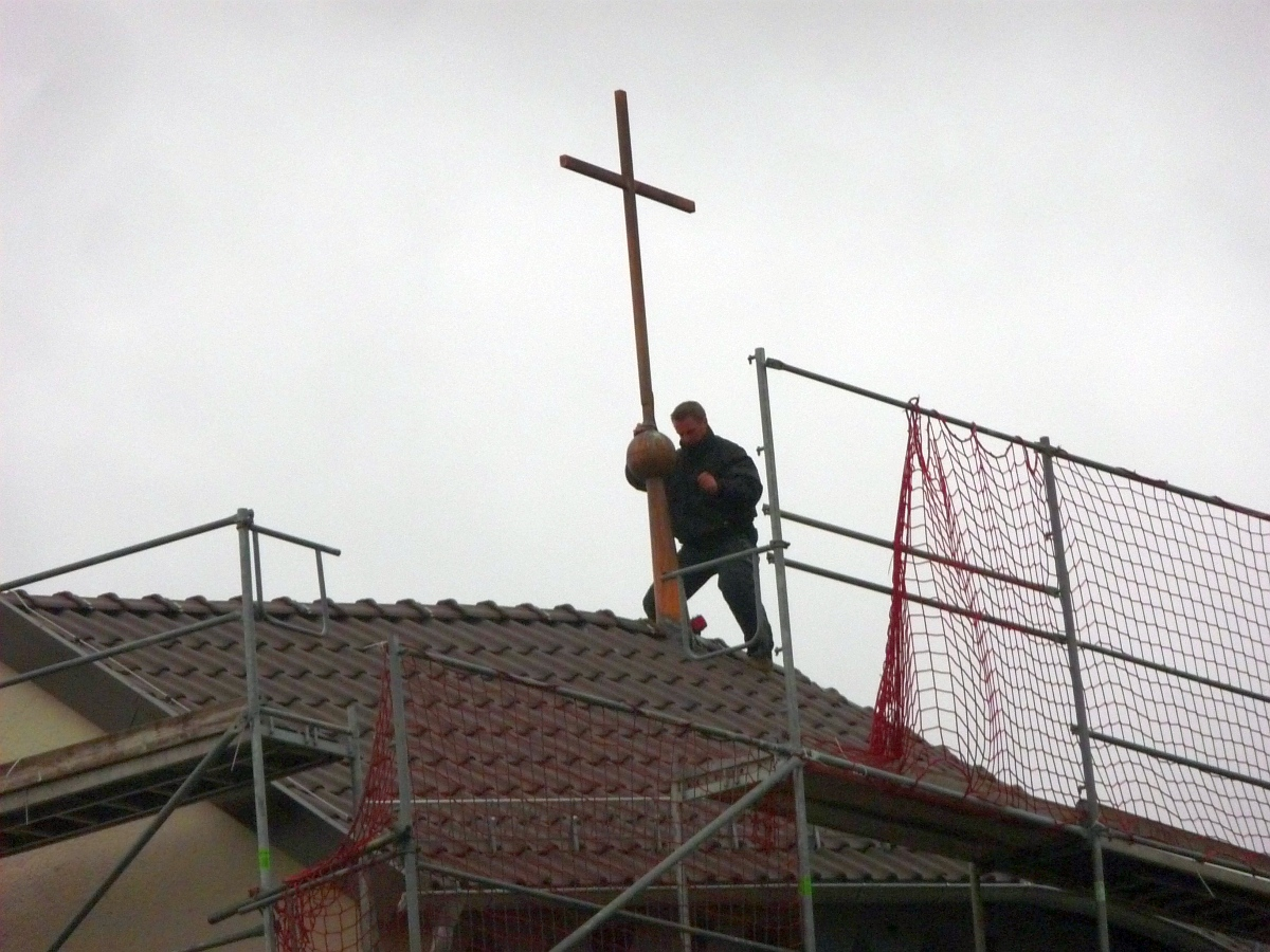Als letzte Maßnahme wurde auf dem Kirchturmdach am vorigen Montag noch eine Stelle am Kupferkreuz ausgebessert