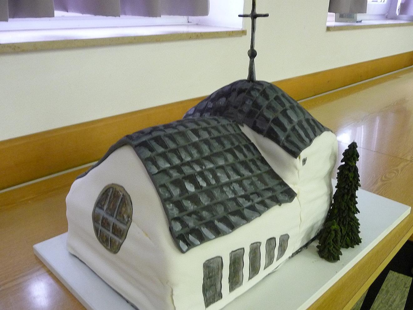 Der Kirchturmkuchen von Olga Bagrij als Luftbildaufnahme von hinten...