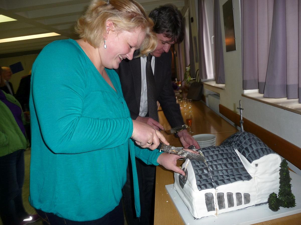 Olga Bagrij und Christoph von Weyhe schneiden den Kuchen an