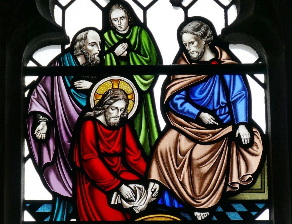 Kirchenfenster: Jesus wäscht seinen Jüngern die Füße