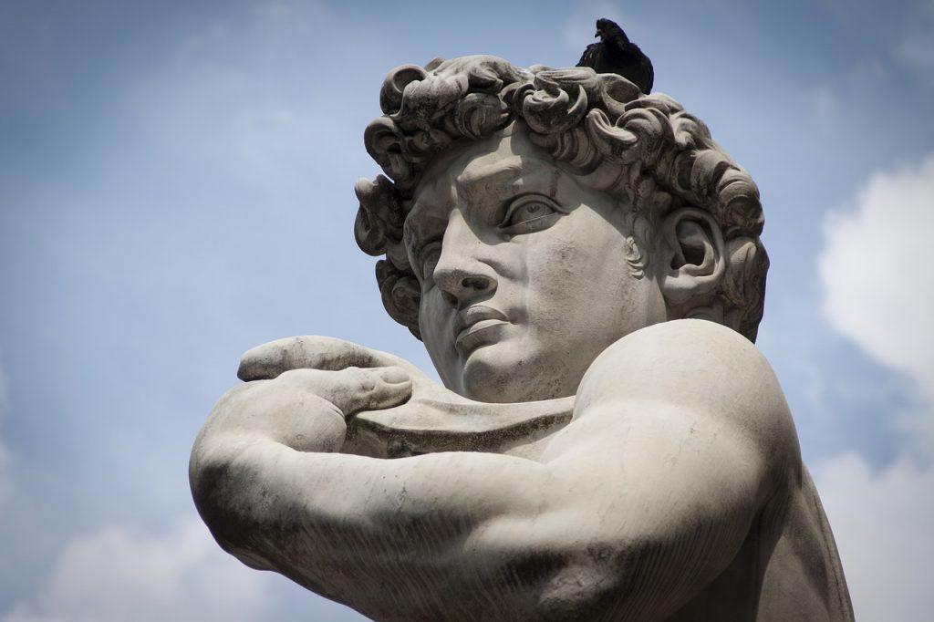 Der Kopf der David-Statue in Florenz, auf dem eine Taube sitzt