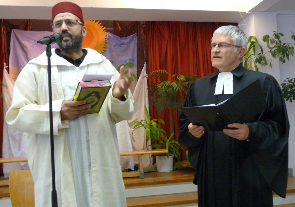 Ein Muslim und ein Christ halten miteinander eine Dialogpredigt