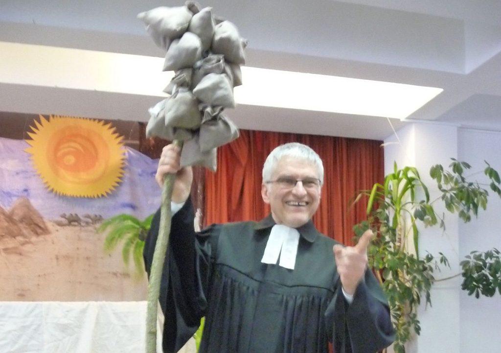 Pfarrer Schütz und die Kornsäcke von der Bühne