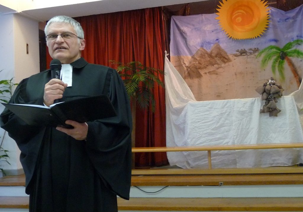 Pfarrer Schütz fragt die Teilnehmenden der Feier, welche Träume sie haben