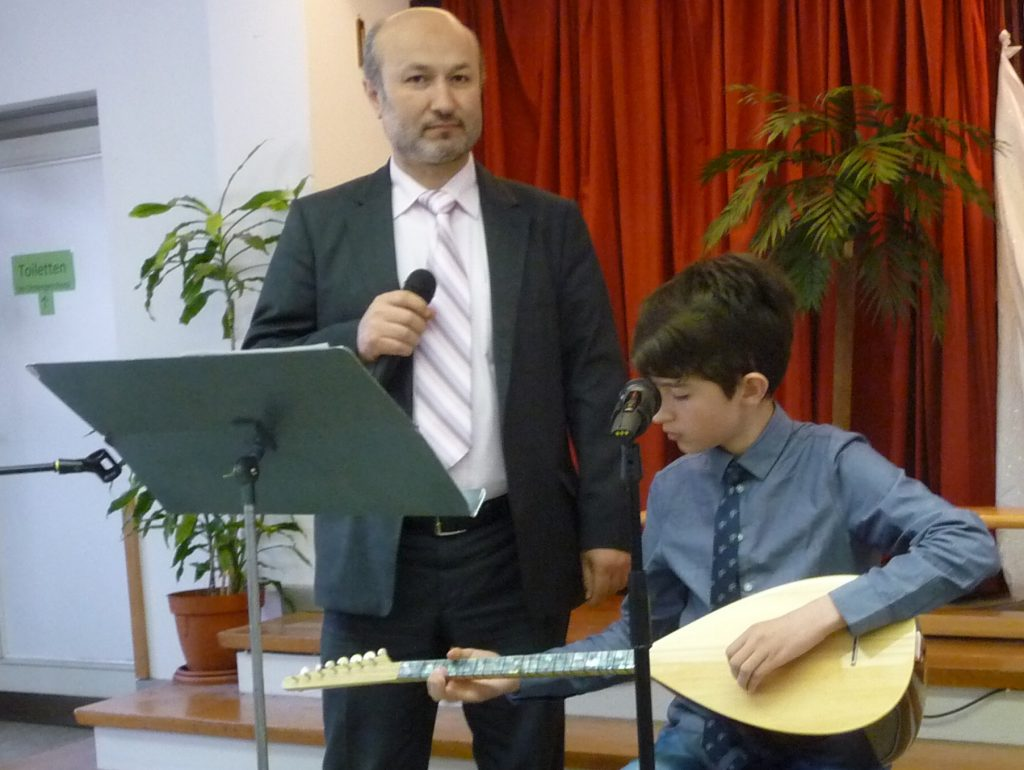 Imam Hayri Cihangeri singt ein Lied von Jakob in türkischer Sprache