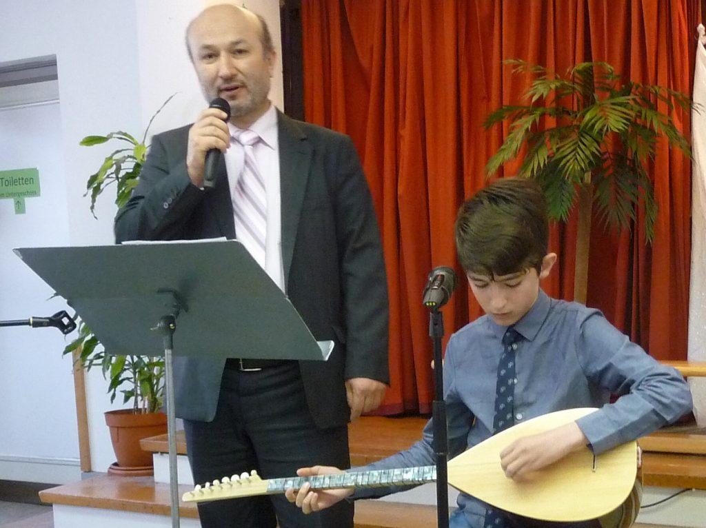 Imam Hayri Cihangeri wird von seinem Sohn auf der Saz begleitet