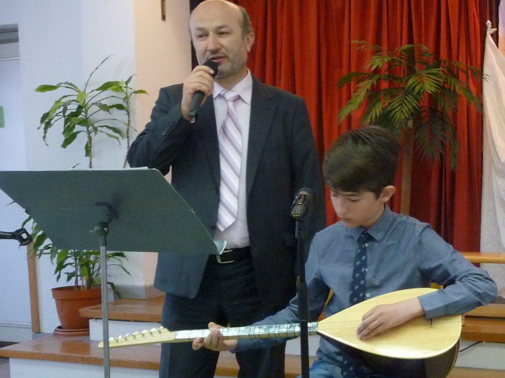 Vater und Sohn beim gemeinsamen Gesang zur Saz