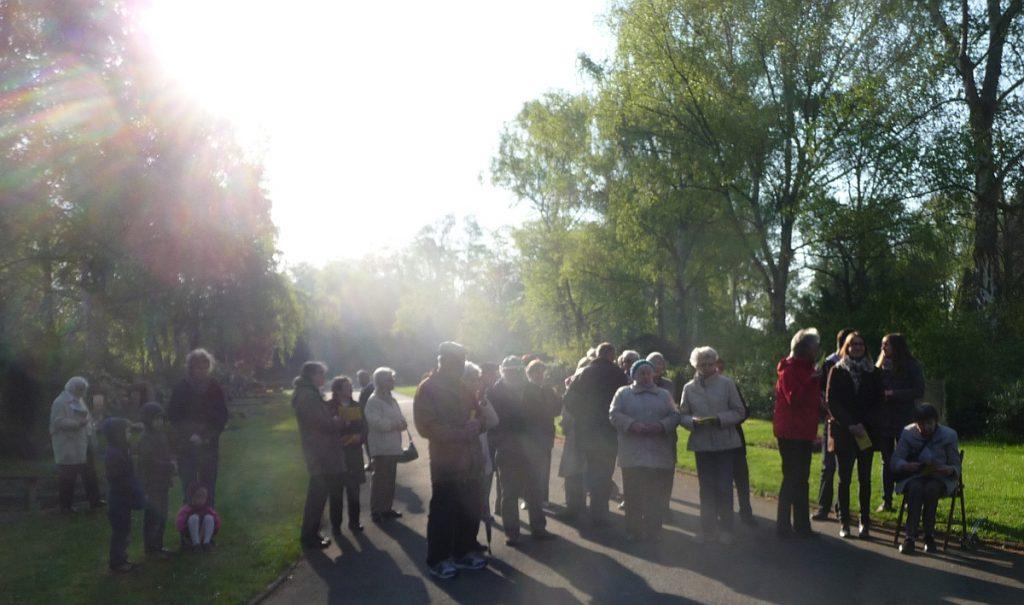 Teilnehmende an der Osterfeier 2014 am Steinkreuz in der Morgensonne