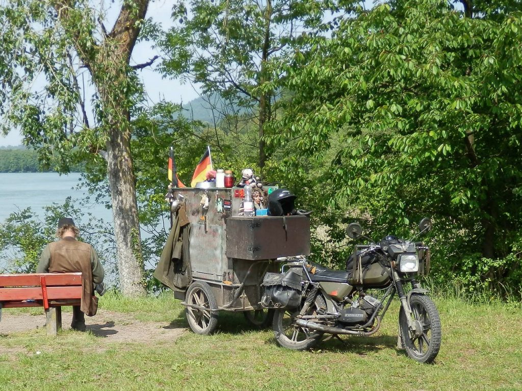 Wegzehrung auf dem Anhänger eines alten Motorrades