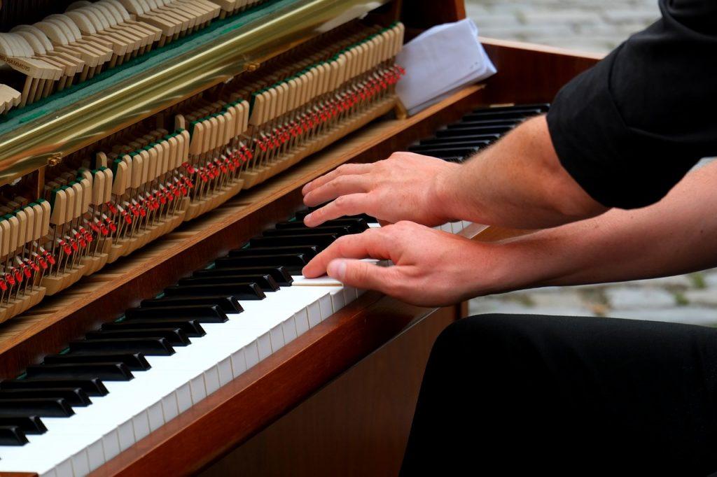Überkreuzte Hände beim Klavierspiel