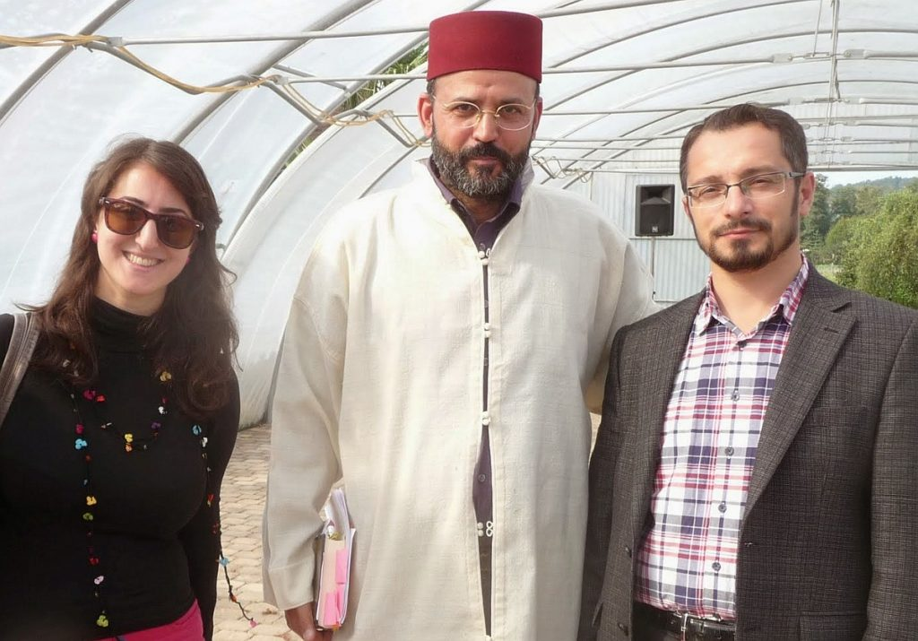 Nach der Erntedankfeier nutzt Nuray Atmaca die Gelegenheit, Abderrahim En-Nosse mit dem neuen Imam der Türkisch-Islamischen Gemeinde, Mohammet Duran, bekannt zu machen, der erst vor ein paar Tagen seinen Dienst in Gießen angetreten hat