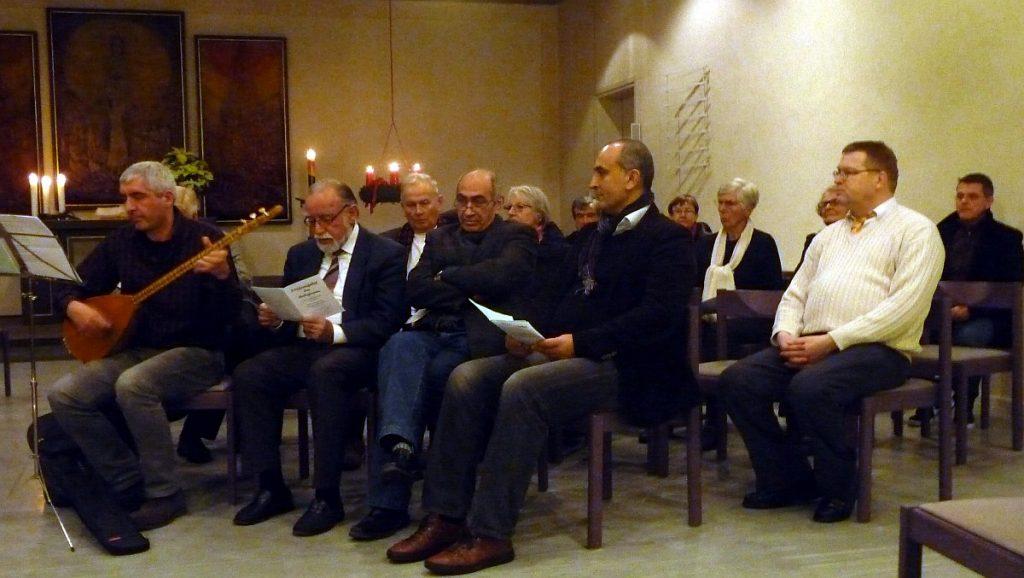 Kemal Deniz von der Alevitischen Gemeinde Gießen spielt auf der Baglama