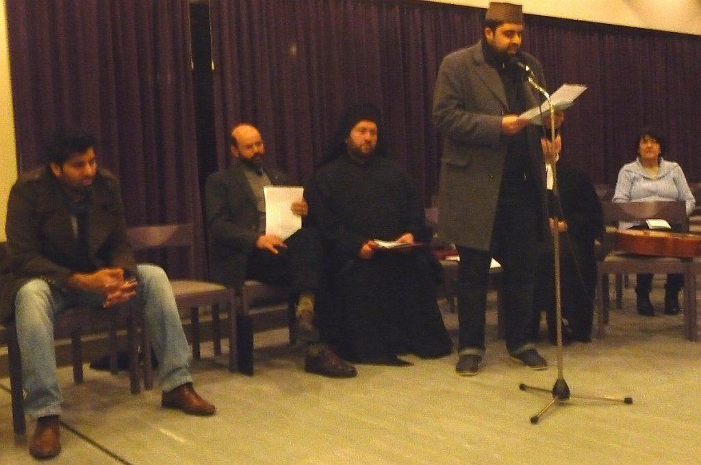 Mubashar Cheema trägt ein Gebet vor für die Ahmadiyya-Gemeinde Gießen