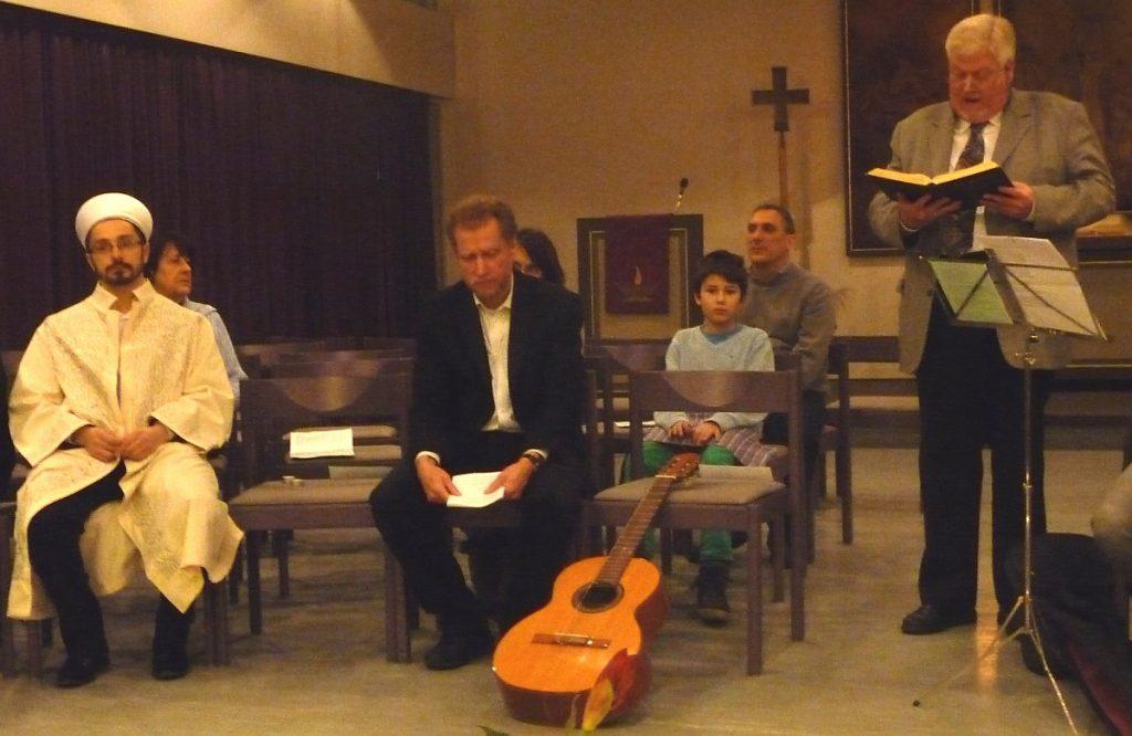Andreas Pithan von der katholischen Pfarrgemeinde St. Albertus liest aus der Bibel