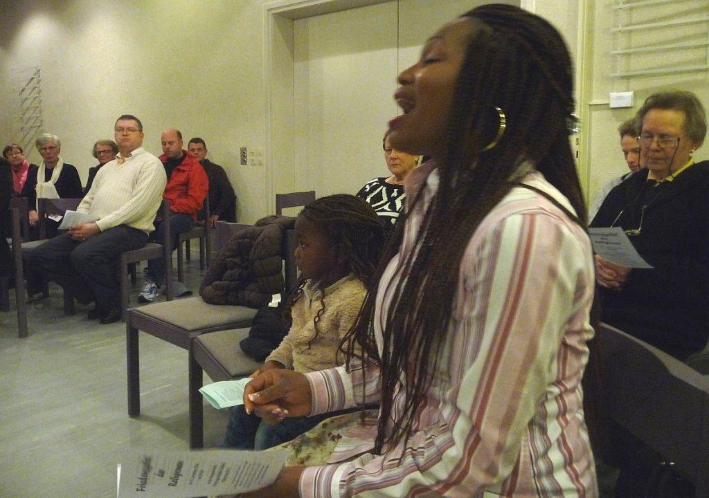 Bridget Itugbu, ein Mitglied der baptistischen Gemeinde, singt ein Spiritual