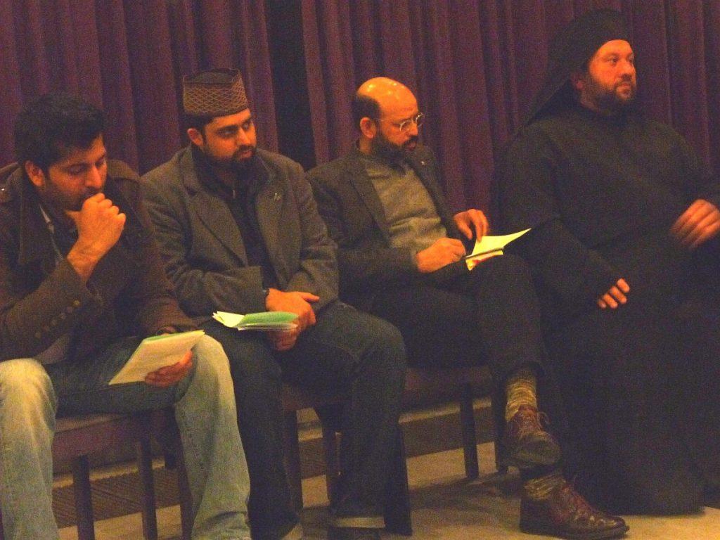 Arsenios Karatzas, Priester der Griechisch-Orthodoxen Gemeinde (rechts), beteiligte sich auch mit einem Gebet