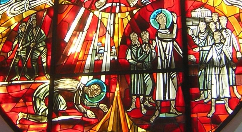 Altarfenster der evangelischen Pauluskirche Gießen: Paulus stürzt vor Damaskus, getroffen von Lichtstrahlen Christi - und Paulus predigt in Athen