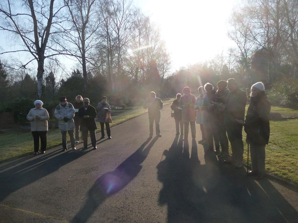 Teilnehmende an der Osterandacht 2015 im Licht der Morgensonne