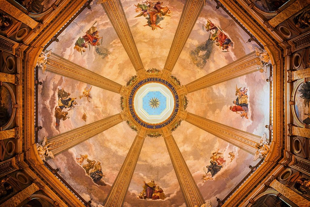 Kuppelmalerei in einem Dom