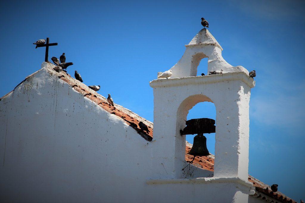 Tauben auf dem Dach einer Kirche in Teneriffa