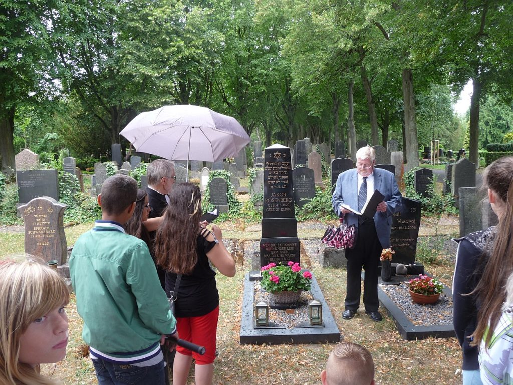 Andreas Pithan spricht an drei jüdischen Grabsteinen