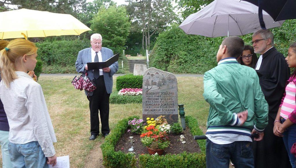 Andreas Pithan spricht an der Station Bergkapelle