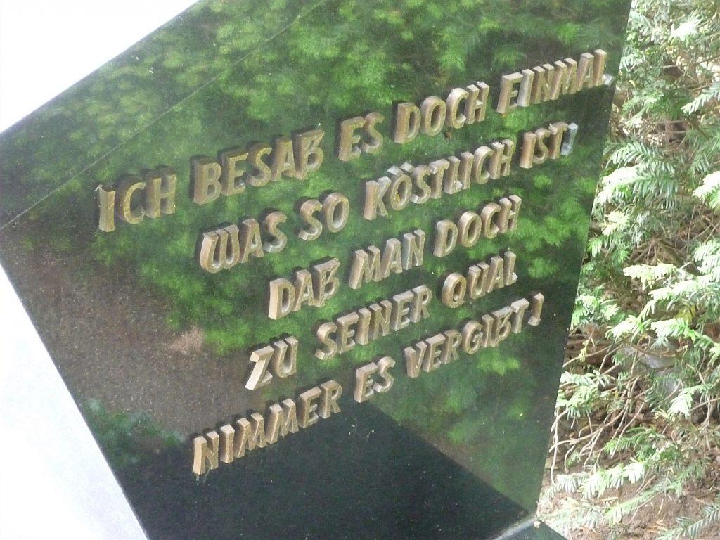 """Inschrift auf der rechten Seite des Fabrikantenmonuments: """"Ich besaß es doch einmal..."""""""