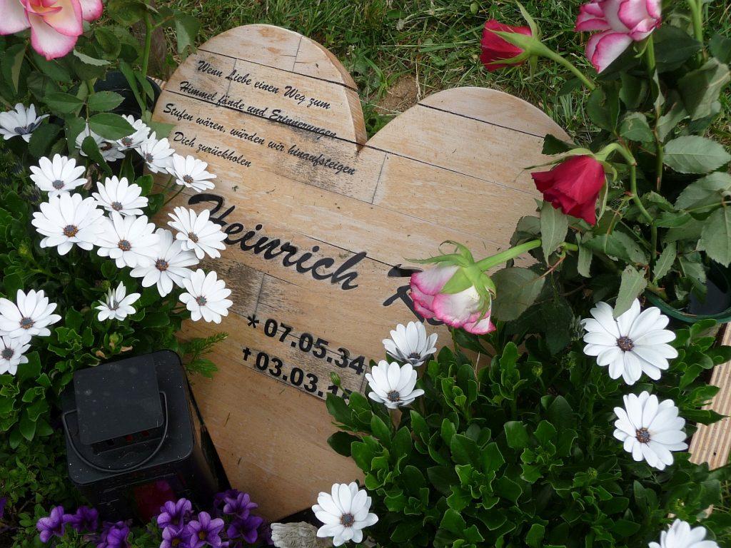 """Herzförmige Grabgedächtnisplatte aus Holz: """"Wenn Liebe einen Weg zum Himmel fände..."""""""