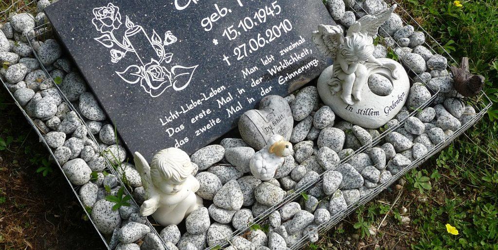 """Grabplatte mit Kerzen und Rose: """"Licht - Liebe - Leben..."""""""
