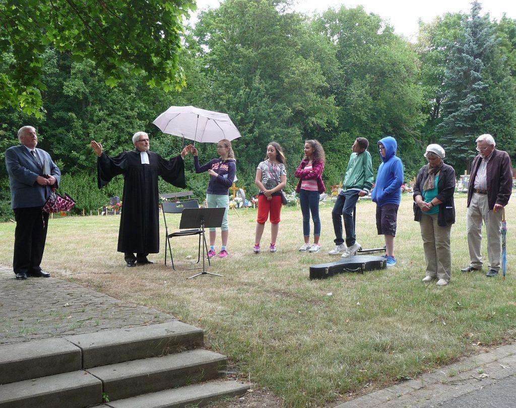 Pfarrer Schütz segnet die Gottesdienstteilnehmer