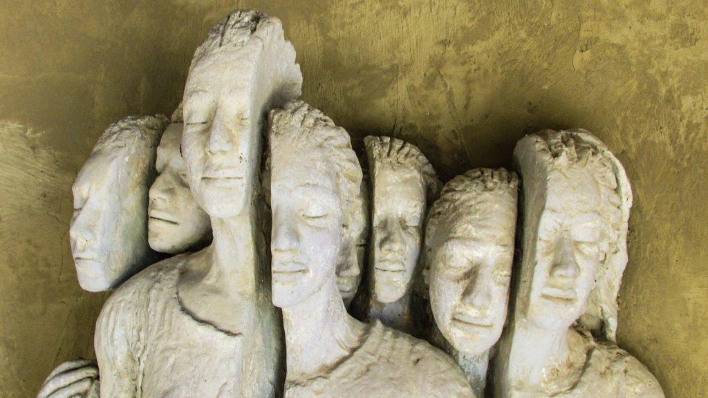 Denkmal für Flüchtlinge auf Zypern (Gruppe von jungen Menschen mit gespaltenen Köpfen, geteilter Identität)