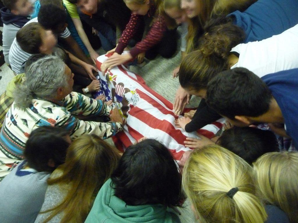 Ein Junge unter der amerikanischen Flagge