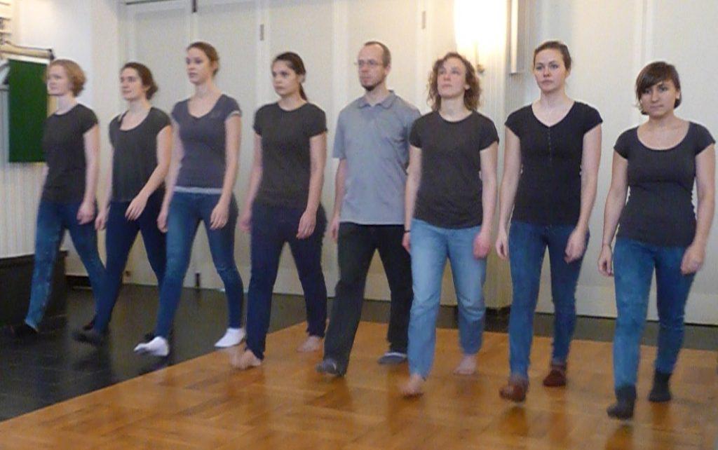 Tanztheater dritte Szene - sieben Frauen und 1 Mann gehen in einer Reihe auf den Betrachter zu - was sich dann aber ändert