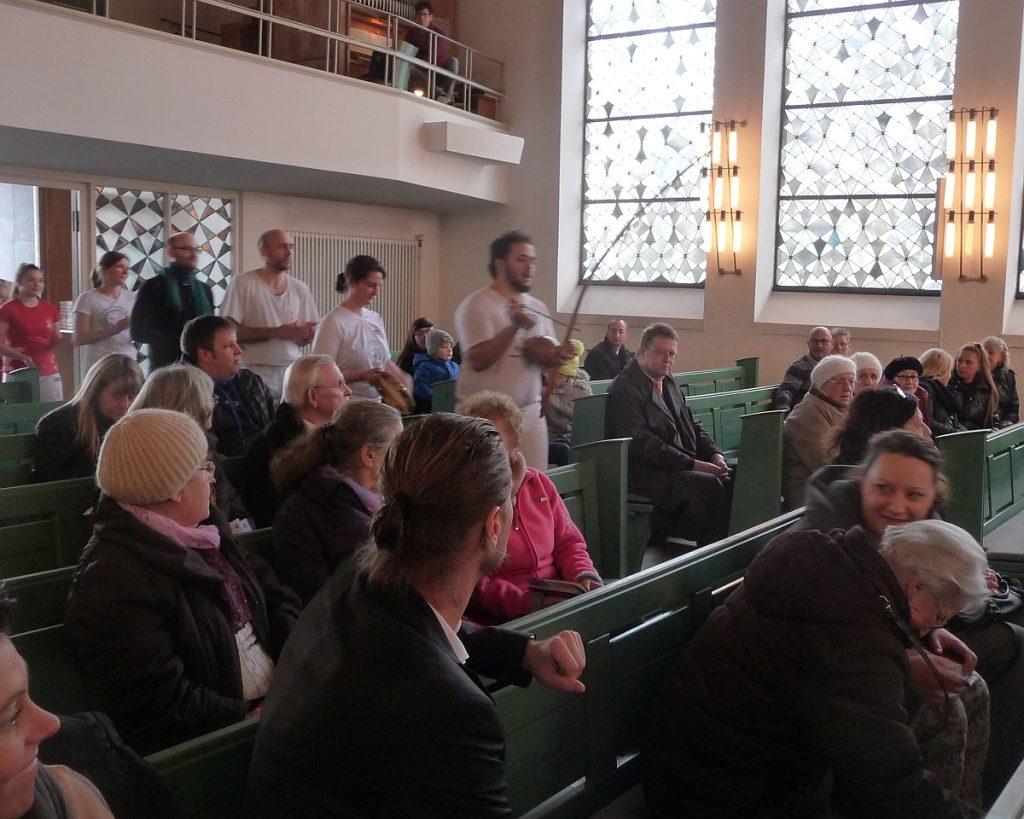 Einzug der Capoeira-Gruppe in die Pauluskirche